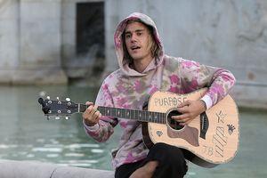 Justin Bieber vừa đệm đàn guitar vừa hát trên phố