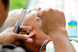 Rước bệnh vì thói quen tỉa lông mũi, lấy ráy tai ngoài hàng