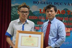 Bộ trưởng GD&ĐT tặng bằng khen cho quán quân Olympia Hoàng Cường