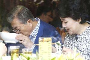 TT Moon 'ngoại giao nhà hàng' - từ phở VN tới hải sản tại Triều Tiên