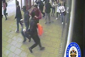 Đáng sợ cảnh xe buýt 2 tầng mất lái, đâm chết 2 người ở Anh