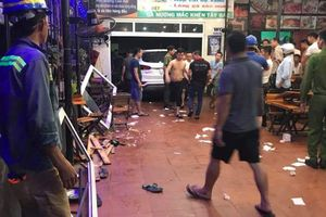 Xe 7 chỗ lao vào quán nhậu, 6 người bị thương