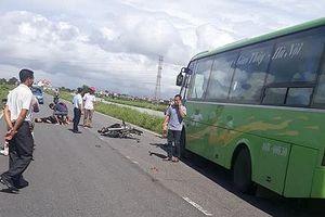 Đâm trực diện xe khách, hai thanh niên tử vong