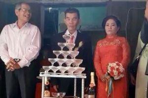 Cô dâu 64 tuổi bẽn lẽn bên chú rể 75 tuổi ở Quảng Ngãi