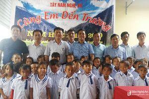 Tặng 300 bộ quần áo cho các em học sinh xã Na Ngoi (Kỳ Sơn)