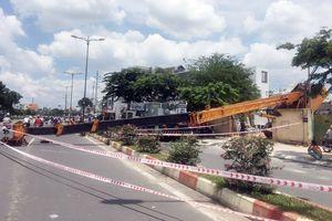 Thoát chết trong gang tấc khi cần cẩu dài hơn 20m đổ ngang đại lộ Phạm Văn Đồng