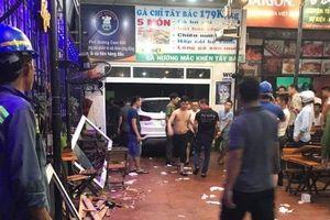 Xe Santafe lao thẳng vào quán nhậu, 6 thực khách bị thương
