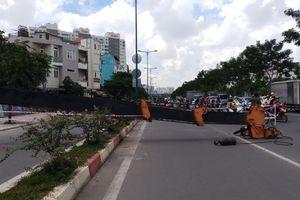 Cần cẩu đổ sập xuống đường Phạm Văn Đồng nhiều người đi đường thoát chết