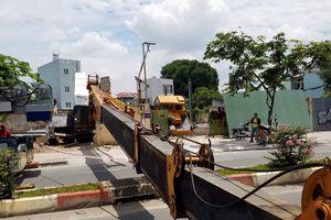 Cần cẩu mất cân bằng đổ sập chắn ngang đường ở Phạm Văn Đồng