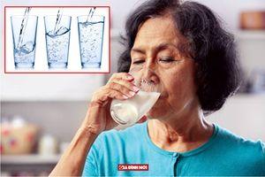 Người già uống bao nhiêu nước mỗi ngày là đủ?