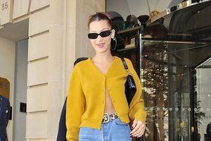 Bella Hadid diện áo cardigan vàng hờ hững, sải bước trên phố Paris