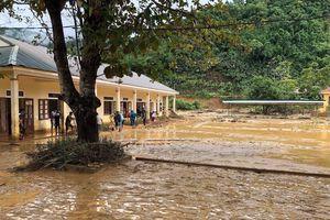 Lũ kéo về trong đêm, huyện miền núi Nghệ An vùi trong bùn đất