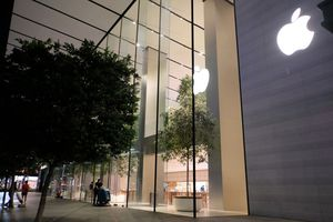 Người VN xếp hàng sớm ở Apple Store mua iPhone XS bị giải tán