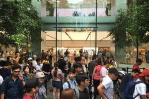 Chị em người Việt đứng đầu hàng chờ mua iPhone mới tại Apple Store Singapore