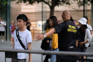 Cảnh nhiều người VN xếp hàng chờ mua iPhone mới ở Singapore