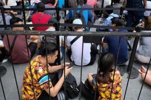Người VN xếp hàng sớm chờ iPhone XS, giá 3,4 triệu/suất mua