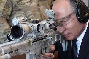 Tổng thống Putin trổ tài thiện xạ với súng trường bắn tỉa tối tân Kalashnikov