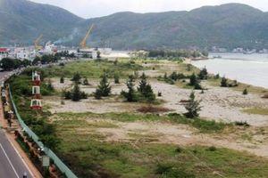 Bình Định: Vệt bùn đen ở dự án đổ đất lấn biển bị 'treo' 5 năm
