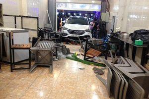 Ô tô 7 chỗ đâm vào quán, nhiều người bị thương phải nhập viện cấp cứu