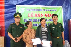 Bàn giao 'Mái ấm biên cương' và tặng quà cho phụ nữ có hoàn cảnh khó khăn tại Đắk Lắk