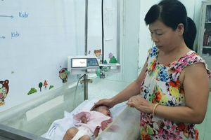 Mẹ đau đớn chứng kiến con sơ sinh có tay phải nhiễm trùng, mất dần từng ngón tay