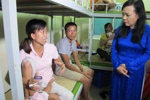 Bộ trưởng Bộ Y tế thăm bệnh nhân nhi sau vụ cháy ở Đê La Thành