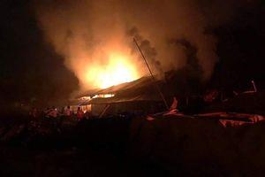 Lò đốt than chứa 100 tấn gỗ bốc cháy dữ dội trong đêm