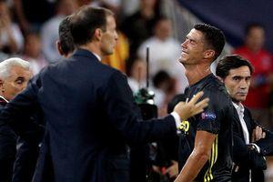 C.Ronaldo cay đắng ôm mặt khóc ở trận đấu đầu tiên cho Juventus