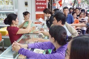 Làm không kịp hàng bán, bánh trung thu Bảo Phương chỉ có một loại duy nhất, khách xếp hàng chờ cả tiếng đồng hồ