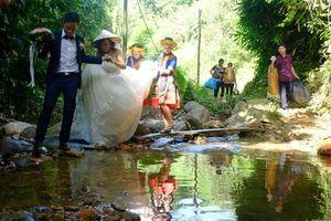 Cô dâu 62 tuổi mặc váy cưới, lội qua 3 con suối về nhà chồng trong niềm hân hoan