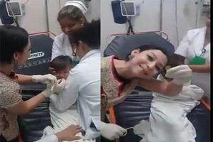 Hồi hộp xem clip nữ bác sĩ lấy đồng xu bị hóc trong miệng em bé