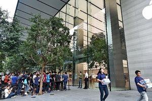 Fan Việt của nhà Táo ùn ùn đi Singapore xếp hàng mua iPhone