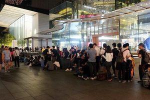 Dân buôn Việt xếp hàng mua iPhone mới tại Singapore bị giải tán