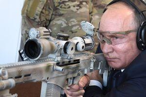 Tổng thống Putin khai hỏa mục tiêu bằng súng trường hiện đại