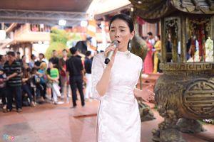 Lệ Quyên hát tặng khán giả khi tới nhà thờ của Hoài Linh dâng hương Tổ nghề