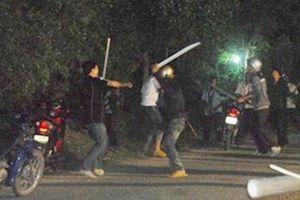Mang hung khí đi hỗn chiến, gần chục tên côn đồ bị tóm gọn khi trốn vào nhà dân ở Hà Nội