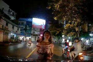 Cô gái bất ngờ lao đến đầu ôtô, đứng 'thất thần' giữa đường