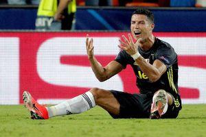 Ronaldo bị thẻ đỏ, đáng trách mà cũng đáng thông cảm