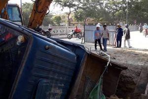 Xe tải sụp hố công trường, 2 người nhập viện