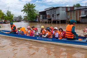 Giúp học sinh đến trường an toàn trong mùa lũ
