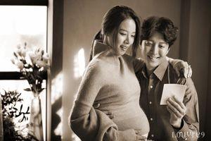 Cặp đôi Lee Dong Gun và Jo Yoon Hee khoe con gái đầu lòng