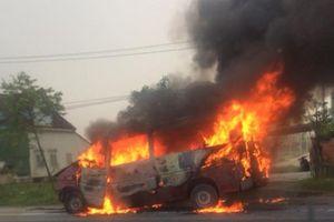 Sau tai nạn, xe khách bốc cháy dữ dội