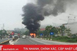 Tai nạn kép, xe khách 16 chỗ bốc cháy trơ khung tại TX Hồng Lĩnh