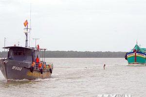 Đưa 2 ngư dân gặp nạn do cháy tàu cá trên biển vào bờ an toàn