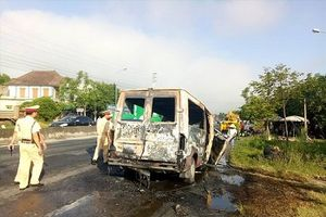 Ô tô đâm vào dải phân cách bốc cháy dữ dội khiến 2 vợ chồng nguy kịch