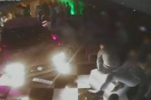 Clip: Ô tô điên đâm bị thương 8 người khi cố ý lao vào hộp đêm