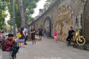 Thu về trên phố bích họa Phùng Hưng