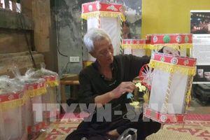 Nghệ nhân giới thiệu cách làm đồ chơi dân gian truyền thống