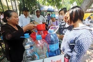 Đong đầy tình người với cốc nước miễn phí của hai bà lão nghèo