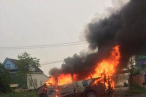 Hà Tĩnh: Xe ô tô bốc cháy dữ dội, trơ khung sau tai nạn